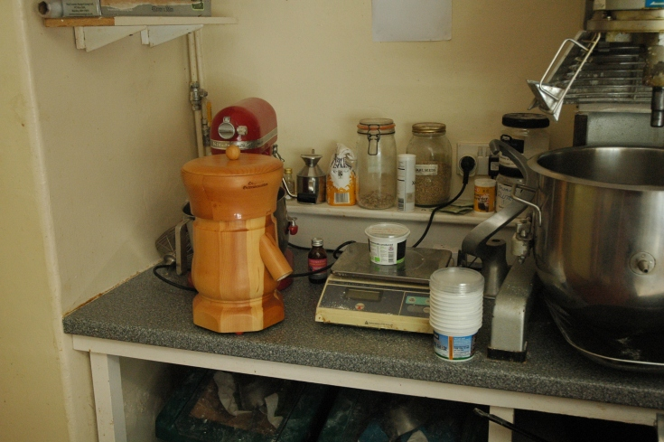 Kitchen top mill - weighing the grain